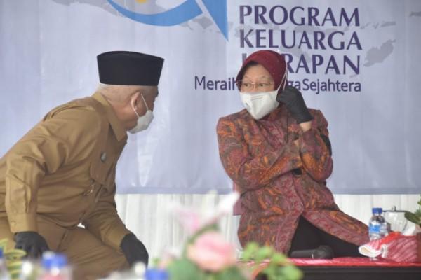 Mensos Tri Rismaharini saat berbincang dengan Bupati Malang HM Sanusi (foto: Humas Pemkab Malang for MalangTIMES)