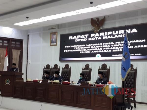 Rapat Paripurna Penyampaian Laporan Hasil Pembahasan Terhadap Ranperda Tentang Pertanggung Jawaban Pelaksanaan APBD tahun anggaran 2020, di ruang rapat paripurna, Selasa (29/6/2021). (Arifina Cahyanti Firdausi/MalangTIMES).