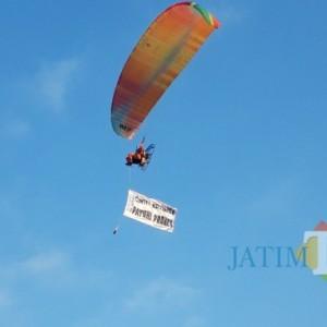 Di Atas Langit, Atlet Para Motor Terbang Ingatkan Warga Patuhi Prokes