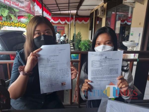 Beberapa korban arisan fiktif menunjukkan surat pengaduan kepada awak media di Mapolresta Malang Kota, Rabu (30/6/2021). (Foto: Tubagus Achmad/MalangTIMES)
