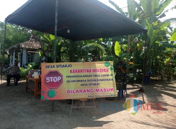 Dusun Rowotrate yang dijaga pihak kepolisian dan TNI karena isolasi mandiri (foto: Hendra Saputra/ MalangTIMES)