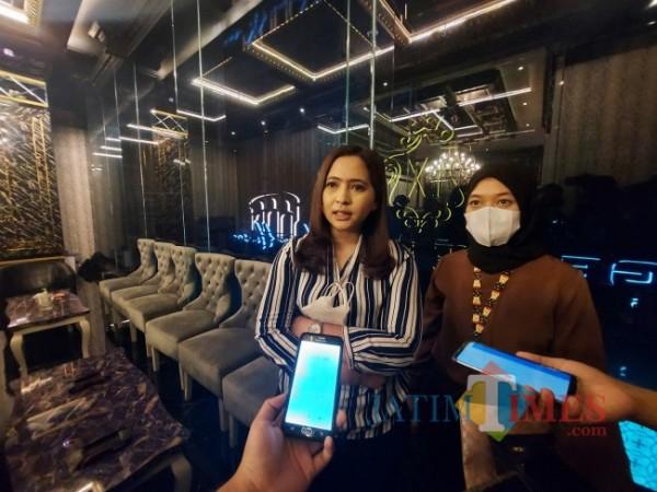 Kuasa hukum Jefrie Permana yakni Indri Hapsari (kiri) ketika ditemui awak media di The Nine Club and Nine House Kitchen Alfresco, Selasa (29/6/2021). (Foto: Tubagus Achmad/MalangTIMES)