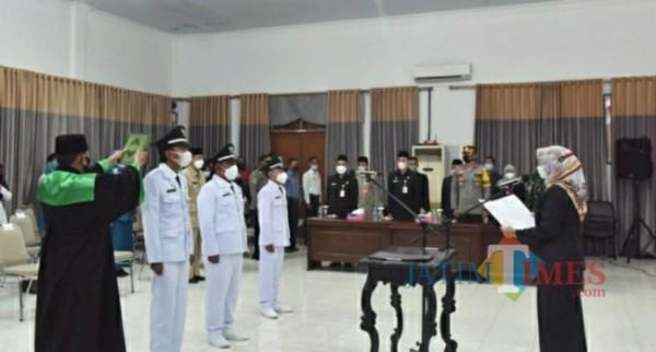 Tiga Kepala Desa yang dilantik oleh Wakil Bupati Lumajang ( Foto : Kominfo )