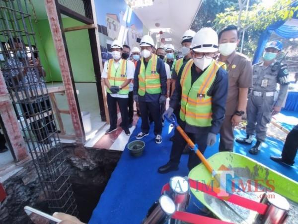 Walikota Malang Sutiaji saat melakukan peletakan batu pertama pembangunan SMPN 28 Malang (Anggara Sudiongko/MalangTIMES)