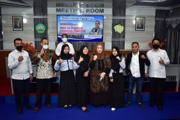 """Dekan FEB Unisma Nur Diana (empat dari kanan), saat berfoto bersama usai kegiatan Webinar Series dengan Tema """"How To Organize Financial Planning for Millenials"""" (ist)"""
