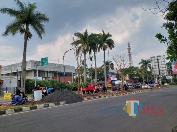 Dipercantik, Taman di Jl Galunggung dibenahi petugas. (Arifina Cahyanti Firdausi/MalangTIMES).