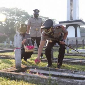 HUT Bhayangkara ke-75, Polres Kediri Ziarah Makam dan Tabur Bunga