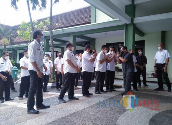 Kepala DPUPRPKP Kota Malang, Hadi Santoso yang berpamitan kepada para pegawai usai purna tugas (Anggara Sudiongko/MalangTIMES)