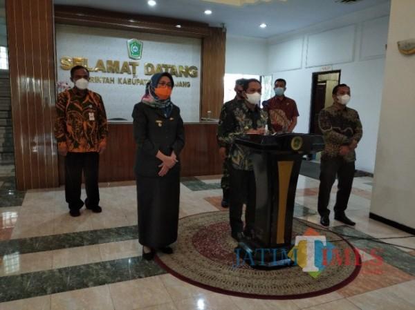 Konferensi Pers terkait PPKM di Pemkab Lumajang (Foto : Moch. R. Abdul Fatah / JatimTIMES)