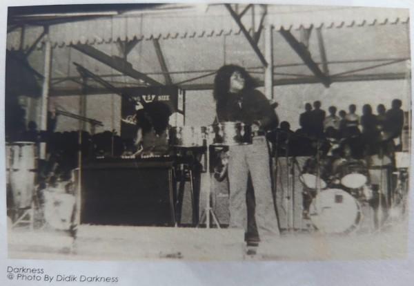 Penampilan-Darkness-Band-di-Tribun-Stadion-Gajayana-Malang4ebb198e86a628c9.jpg