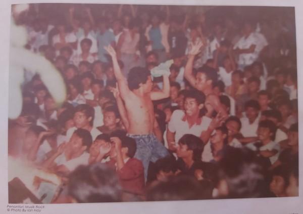 Penonton-musik-rock-di-GOR-Pulosari-Malang.ef212958e292ae37.jpg