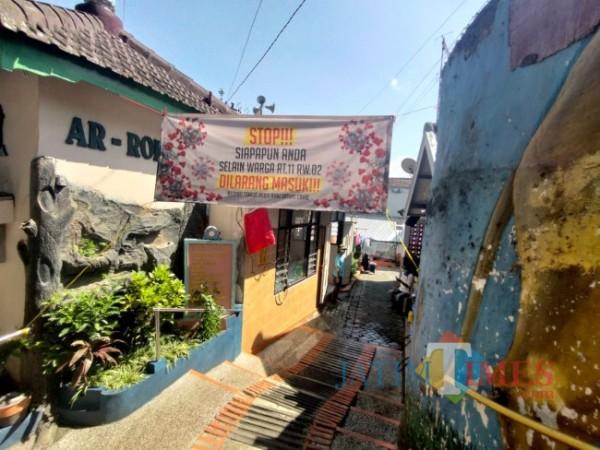Situasi kampung di Jalan Jaksa Agung Suprapto Gang 1, Kelurahan Samaan, Kecamatan Klojen, Kota Malang yang tampak sepi, Kamis (1/7/2021). (Foto: Tubagus Achmad/MalangTIMES)