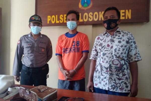 Tersangka berikut barang bukti ketika diamankan di Mapolsek Plosoklaten. (Foto: Ist)
