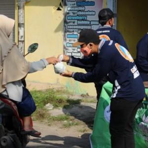 Peduli, Komunitas Kere Royal dan Karang Taruna Desa Gondang, Kediri Rutin Bagikan Nasi Bungkus