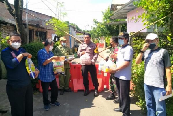 Kakel Tamanan bersama petugas mengirimkan bantuan sembako untuk warga yang melakukan isolasi. (Foto: Ist)