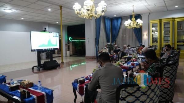 Suasana rapat koordinasi PPKM Darurat di Peringgitan Pendapa Kabupaten Malang (foto: Hendra Saputra/ MalangTIMES)