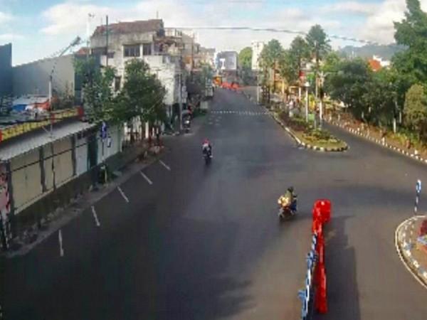 Terlihat jalan di kawasan Alun-Alun Kota Batu hanya ada dua kendaraan roda dua yang melintas (Foto: Istimewa).