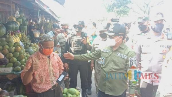 Wali Kota Malang Sutiaji memberikan imbauan kepada pedagang kaki lima terkait peraturan dalam PPKM Darurat, Sabtu (3/7/2021). (Foto: Tubagua Achmad/MalangTIMES)