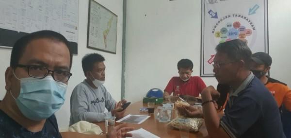 Anggota Komisi B DPRD Kota Malang, Bayu Rekso Aji (paling depan) saat mengunjungi posko Covid-19 di wilayah Kelurahan Samaan, Kecamatan Klojen, Kota Malang. (Foto: Istimewa).