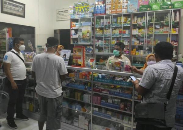 Anggota Satreskrim Polres Malang saat memantau langsung HET obat di apotik (foto: Satreskrim Polres Malang for MalangTIMES)