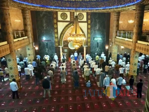 Jamaah saat salat dengan mematuhi protokol kesehatan di Masjid An-Nur Kota Batu.