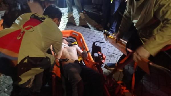 Petugas dari UPT Pemadam Kebakaran Kota Malang usai melakukan evakuasi terhadap korban yang terjatuh ke dalam jurang sedalam 20 meter, Sabtu (3/7/2021). (Foto: UPT Pemadam Kebakaran)