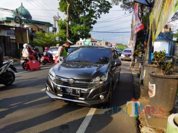 Petugas saat melakukan penyekatan di simpang Pendem Jl Ir Soekarno. (Foto: Irsya Richa/MalangTIMES)