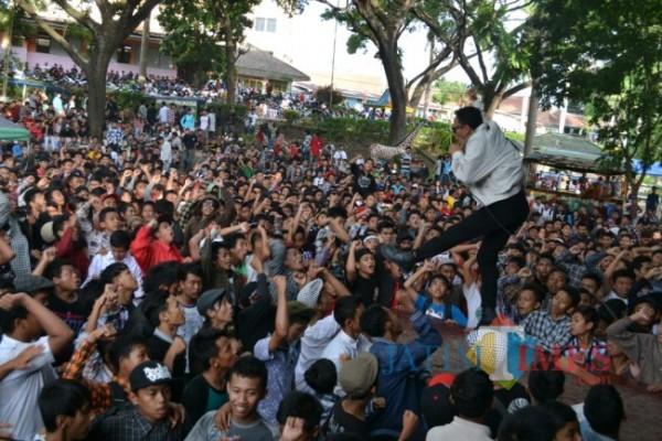 Salah satu aksi panggung Band Skarasa di acara Anniversary Veskaria ke-2 di Taman Rekreasi Senaputra Malang. (Foto: Tubagus Achmad/MalangTIMES)