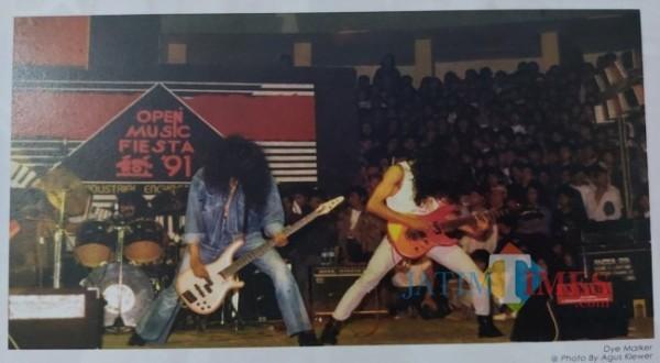 Salah satu aksi panggung dari Dye Marker di GOR Pulosari. (Foto: Agus Klewer/Buku Empat Dekade Sejarah Musik di Kota Malang)