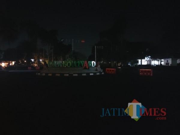 Tampak ruas Jalan Ijen yang pada hari Sabtu (3/7/2021) malam sudah mulai dilakukan penutupan untuk mengintensifkan penerapan PPKM Darurat di Kota Malang. (Foto: Tubagus Achmad/MalangTIMES)