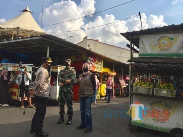 Wali Kota Batu Dewantuli Rumpoko saat meninjau di Alun-Alun Kota Batu, Sabtu (3/7/2021). (Foto: Irsya Richa/ MalangTIMES)