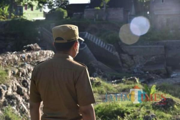 Bupati Lumajang H. Thoriqul  Haq ketika meninjau Dam Gambiran (Foto : Moch. R. Abdul Fatah / JatimTIMES)