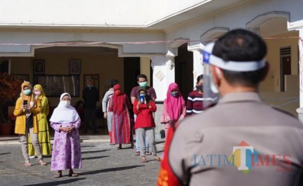Pasien terkonfirmasi positif saat akan senam di shelter Hotel Mutiara Batu beberapa saat lalu. (Foto: Irsya Richa/MalangTIMES)