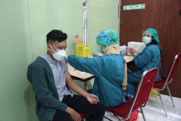 Pelaksanaan vaksinasi covid-19 di Puskesmas Janti Kota Malang, (Senin, 5/7/2021). (Foto: Humas Pemkot Malang For MalangTIMES).