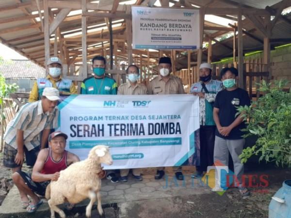Pengurus Laznas Nurul Hayat Banyuwangi menyerahan bantuan domba untuk MBR (Istimewa)