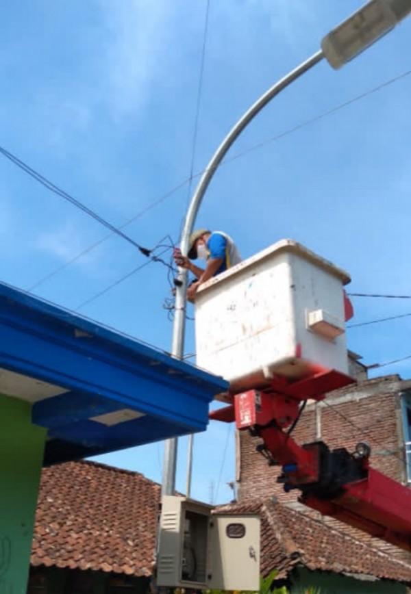 Petugas DPUPR saat melakukan pemeliharaan PJU di Kota Batu. (Foto: DPUPR Kota Batu)