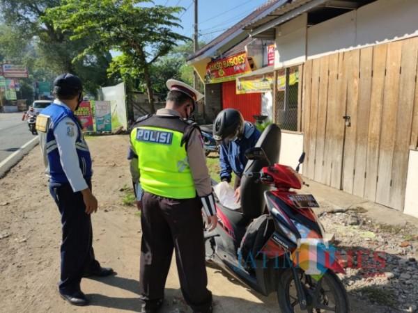 Petugas gabungan melakukan penyekatan di perbatasan Blitar-Malang.(Foto : Aunur Rofiq/BlitarTIMES)