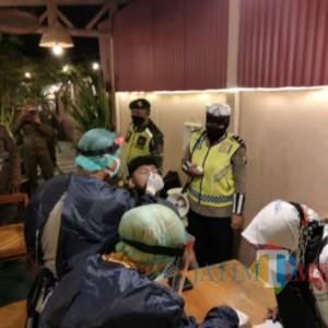 Nongkrong di Cafe Diatas Jam Delapan Malam, 22 Orang Diswab