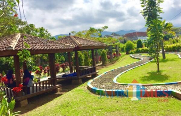 Taman kenangan yang memiliki fasilitas gazebo di Desa Bulukerto. (Foto: Irsya Richa/MalangTIMES)