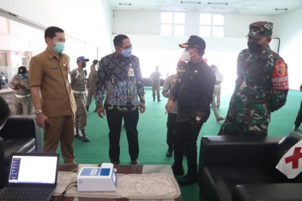 Wali Kota Malang Sutiaji (bertopi hitam) saat meninjau sektor perkantoran esensial OJK, Senin (5/7/2021). (Foto: Humas Pemkot Malang for MalangTIMES).