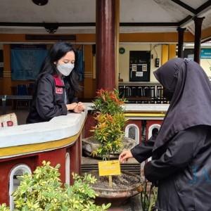 Taman Makin Cantik, Dua Mahasiswi UMM Tanam Mawar Malaysia di Kelurahan Arjowinangun
