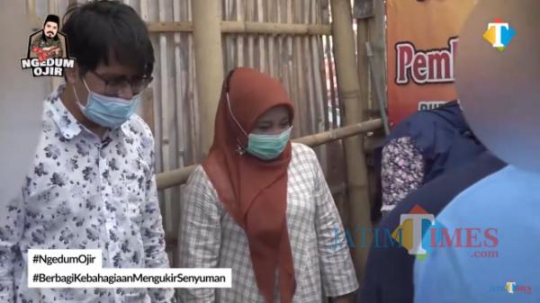 Direktur JatimTIMES Lazuardi Firdaus bersama Direktur Utama RSJ Dr. Radjuman Wediodiningrat Lawang dr. Yuniar SpKJ dan para PDGJ di dalam kandang peternakan Kelurahan Balearjosari, Kecamatan Blimbing, Kota Malang.