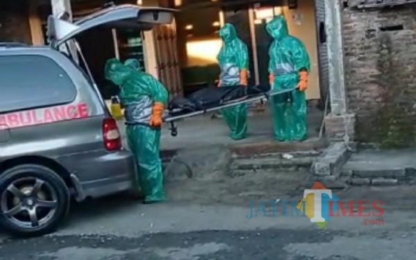Evakuasi jenazah Pasien Diduga Covid-19 di Desa Wajak Kidul Kecamatan Boyolangu. (Foto:Istimewa/TulungagungTIMES)