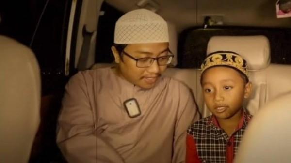 Gus Idris (kiri) saat perjalanan membuat konten video YouTube yang berujung hoaks (foto: screenshot video)