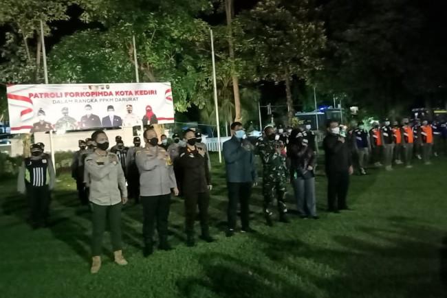 Kapolres Kediri bersama forkopimda tinjau pelaksanaan PPKM hari ketiga. (Foto: Ist)