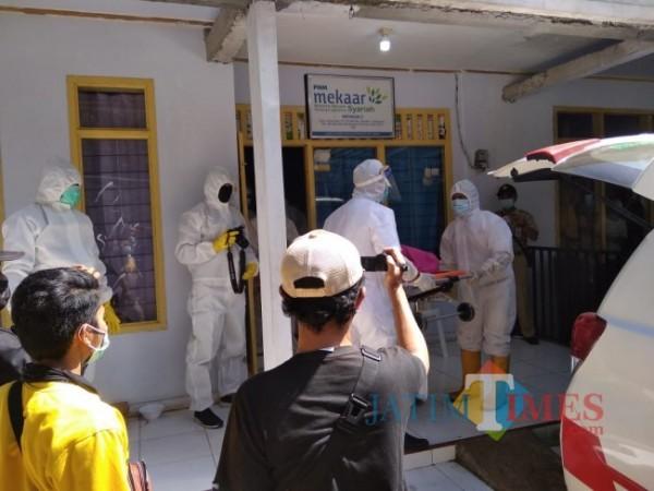 Proses evakuasi 2 karyawan PNM Mekar (Foto: Abror Rosi/JatimTimes)