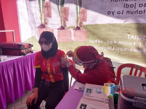 Salah satu karyawan PT Sumber Alfaria Trijaya atau Alfamart yang menjalani proses vaksinasi di acara Gerakan Vaksinasi Massal di pintu timur Stadion Gajayana Malang, Selasa (6/7/2021). (Foto: Tubagus Achmad/MalangTIMES)