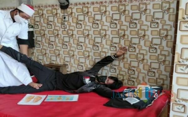Samsul Anwar saat mijat Bobocu / Foto : Istimewa / Tulungagung TIMES
