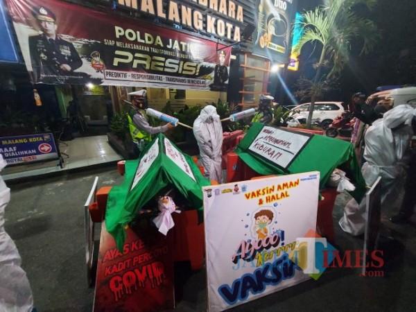 Sosialisasi bahaya Covid-19 dengan menggunakan keranda mayat dan pocong oleh jajaran Polresta Malang Kota, Senin (5/7/2021) malam. (Foto: Tubagus Achmad/MalangTIMES)