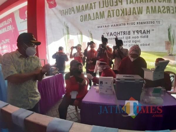 Wali Kota Malang Sutiaji (bertopi) saat meninjau pelaksanaan vaksinasi massal di area Stadion Gajayana Kota Malang, Selasa (6/7/2021). (Arifina Cahyanti Firdausi/MalangTIMES).